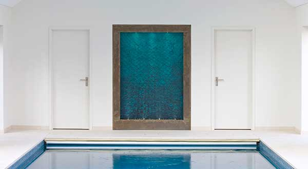 Custom indoor water wall for a swimming pool